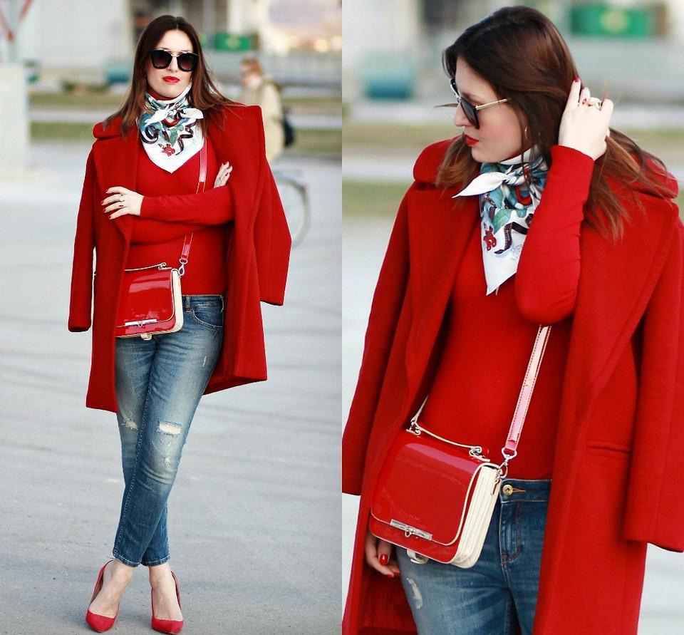 Красное пальто с джинсами, красной кофтой и туфлями