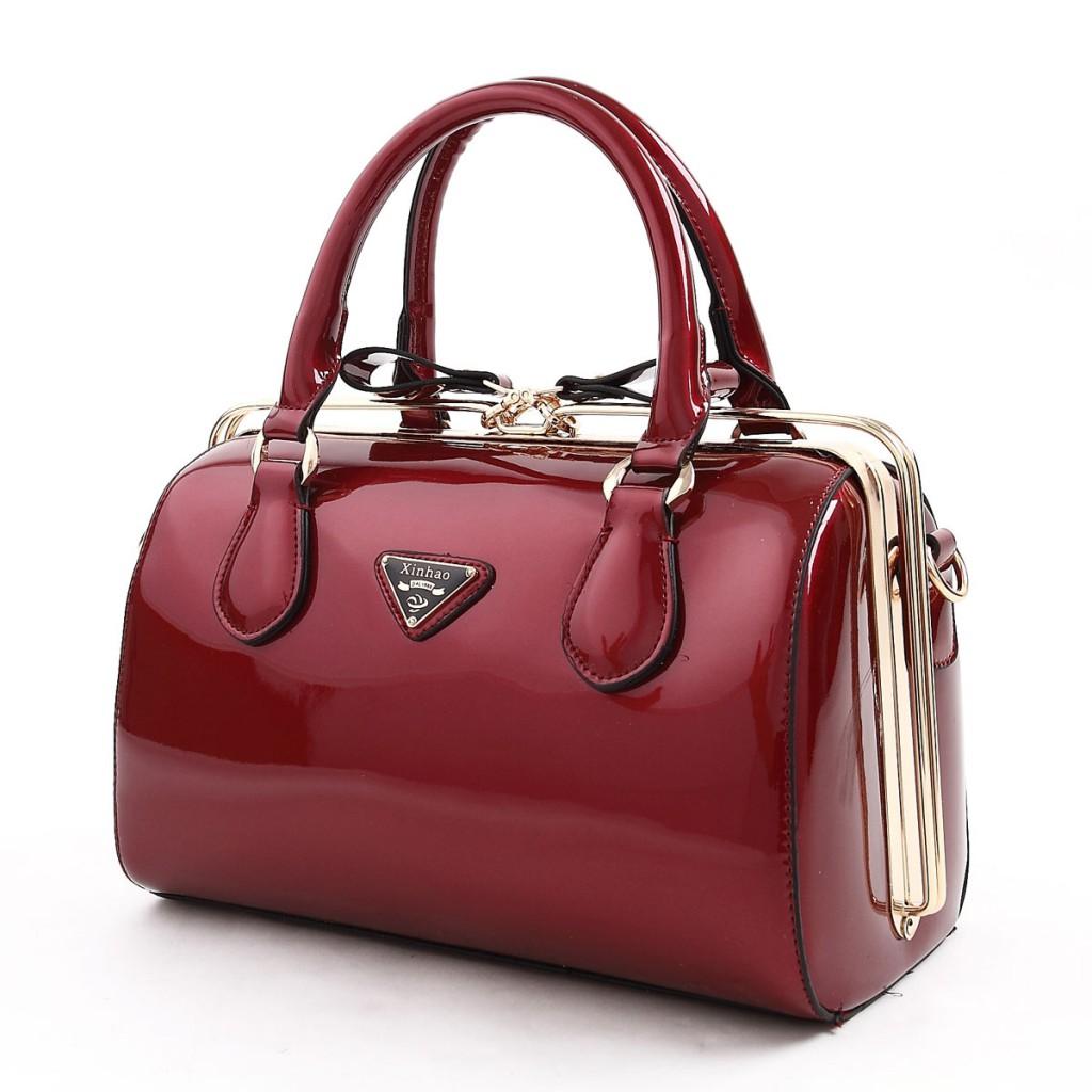 Бардовая лаковая сумка