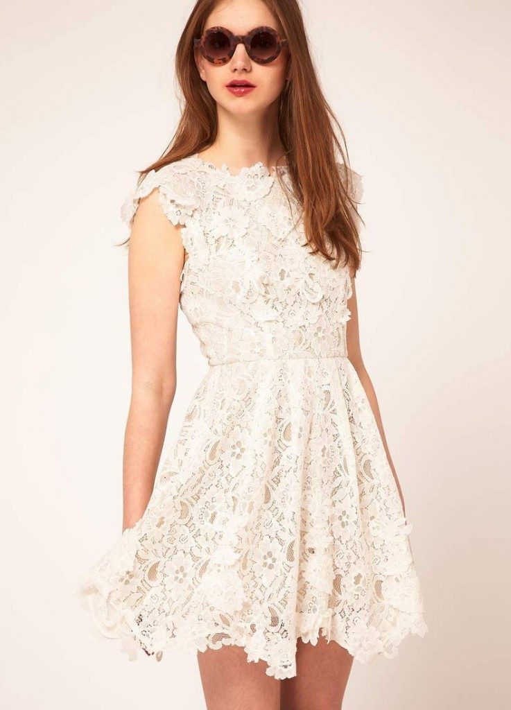 Белое кружевное платье с расклешенной юбкой