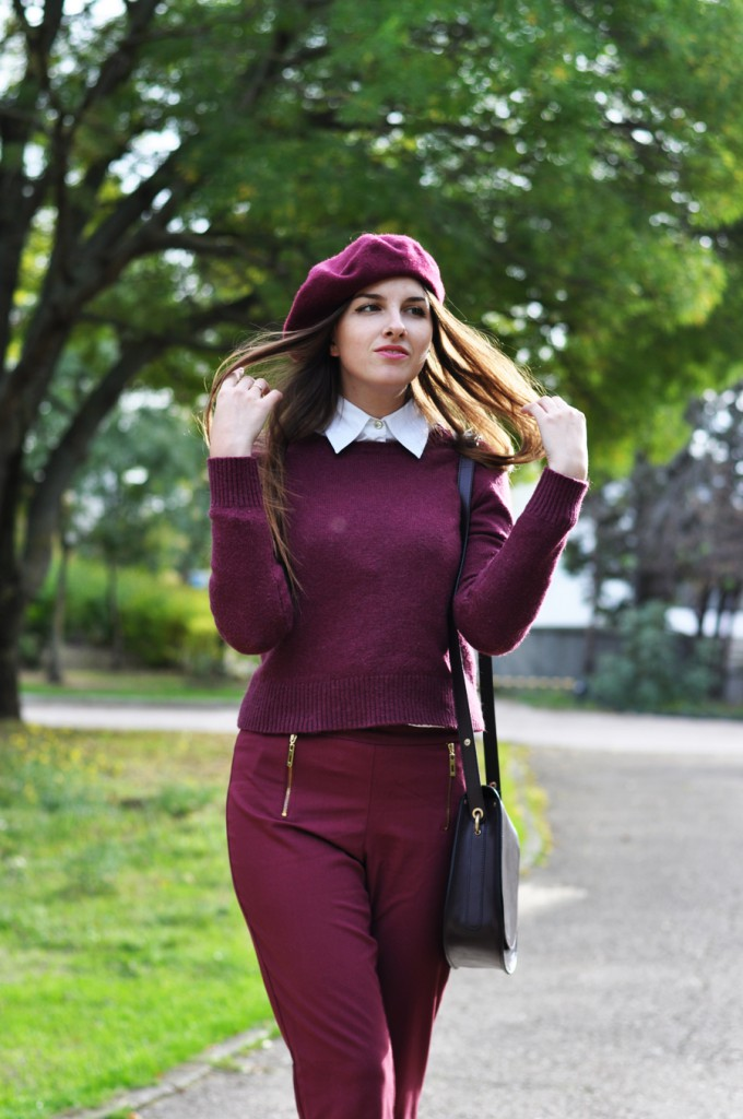Модный женский берет цвета вишни