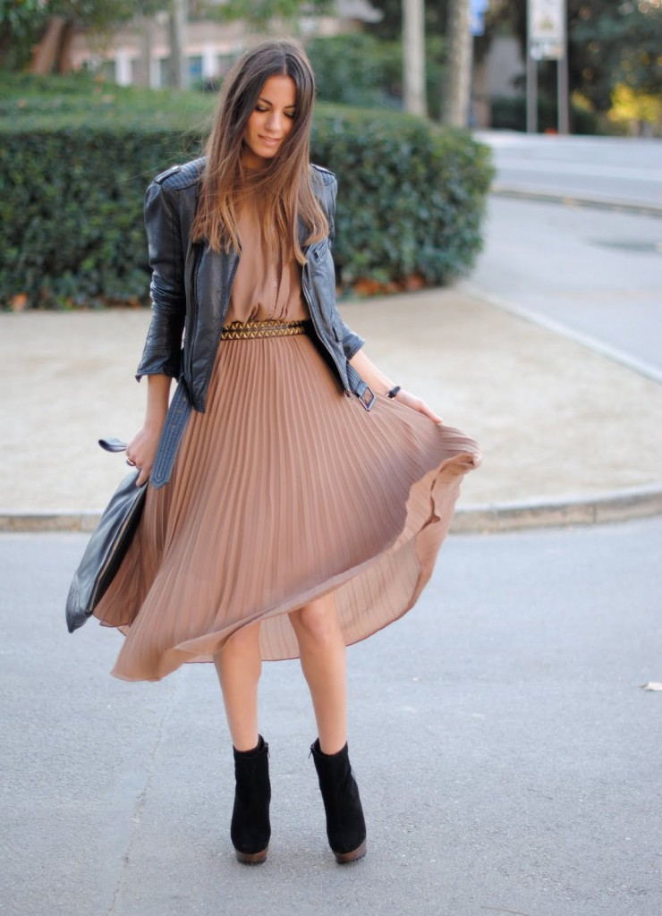 Бежевое платье с кожаной курткой