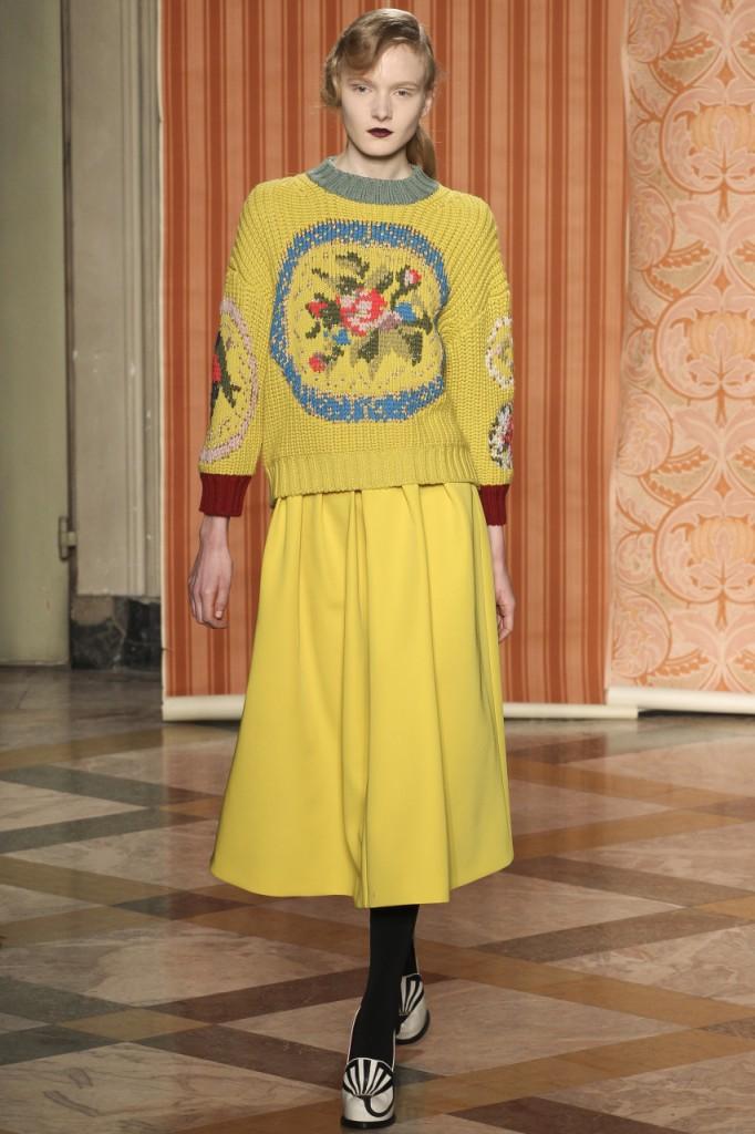 Модный желтый свитер с узором