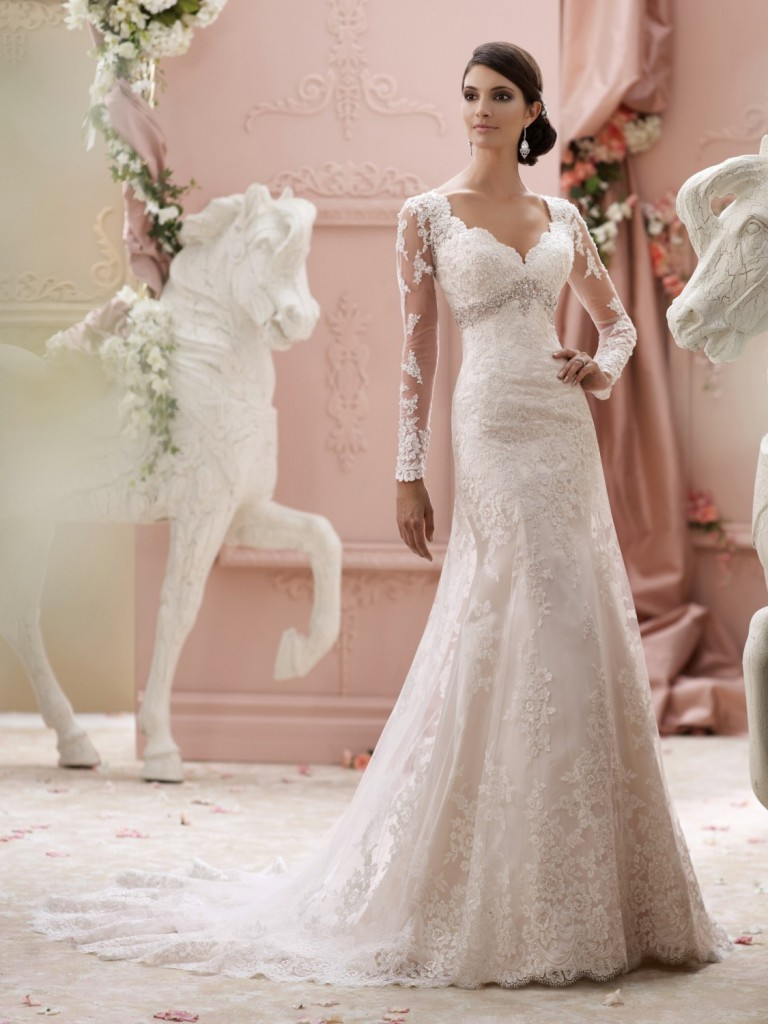 Свадебное платье с декольте и кружевными рукавами