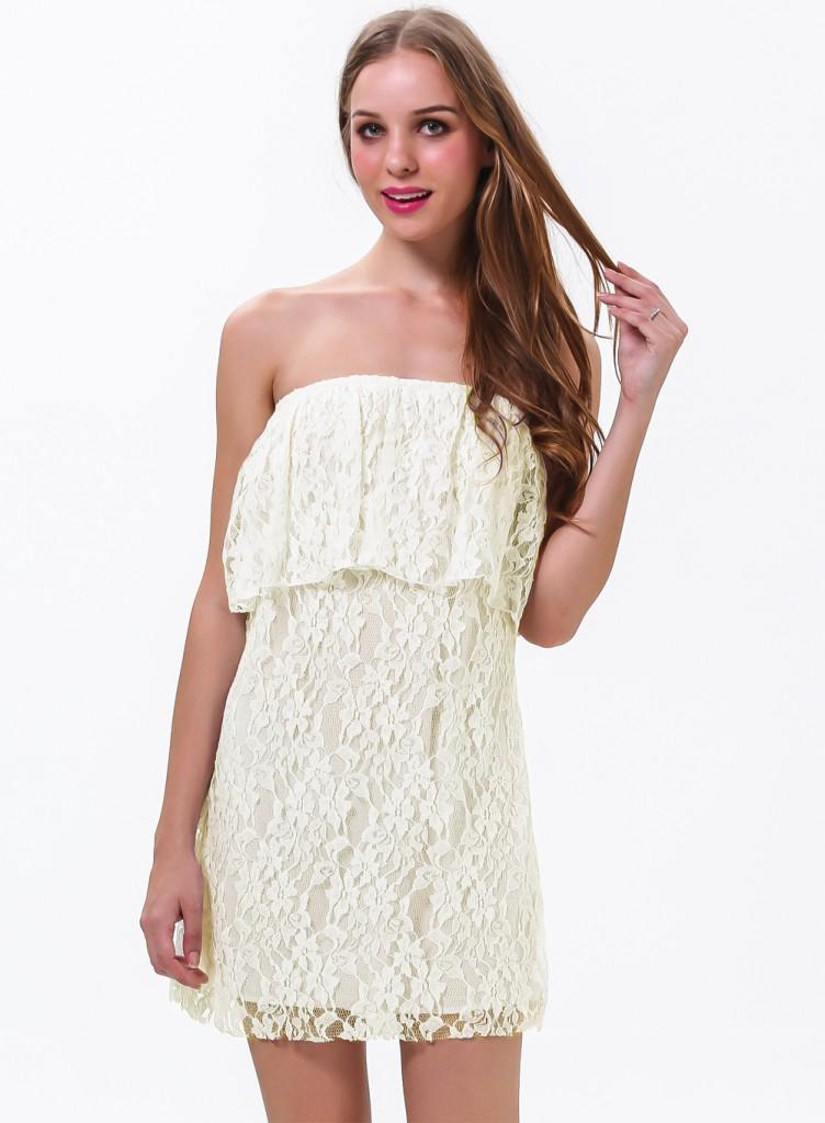 Светлое платье с открытыми плечами