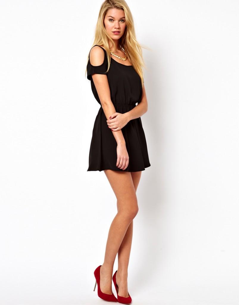 Черное маленькое платье с открытыми плечами
