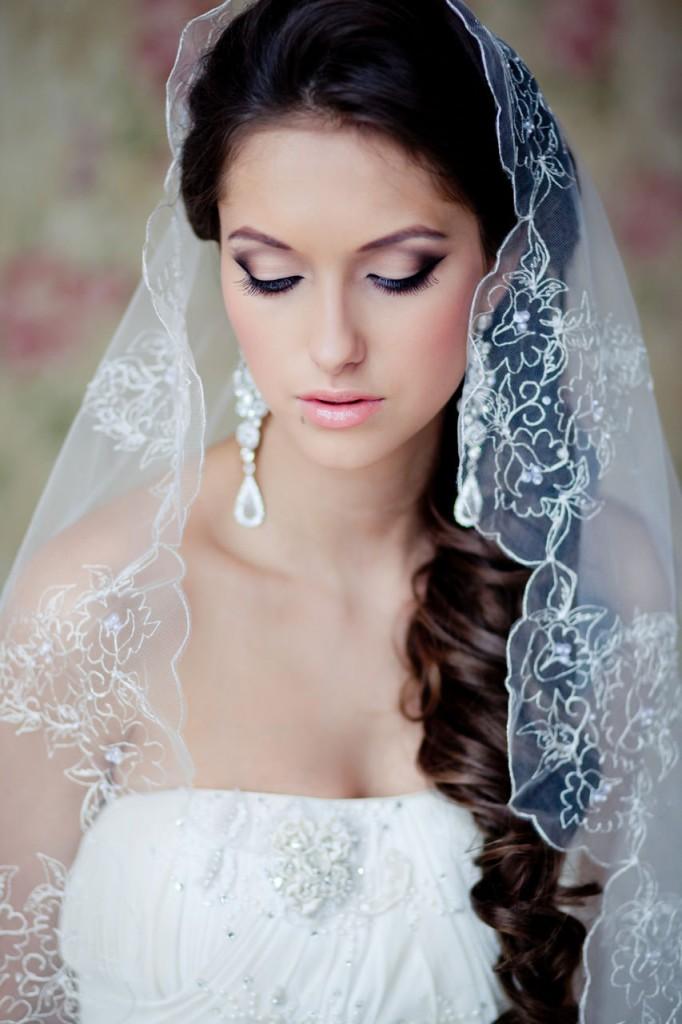 Гладкая свадебная прическа с фатой фото