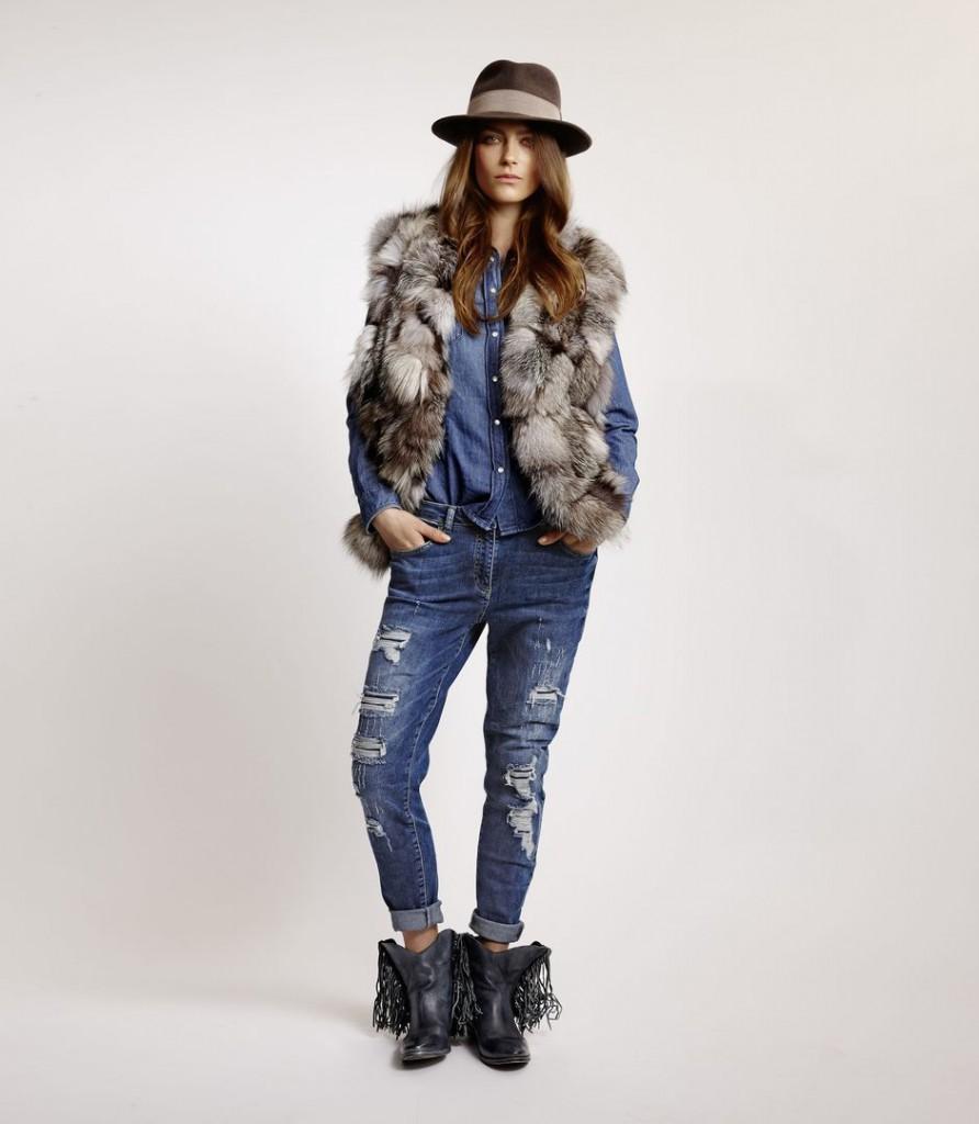 Джинсовая рубашка с джинсами и шляпой