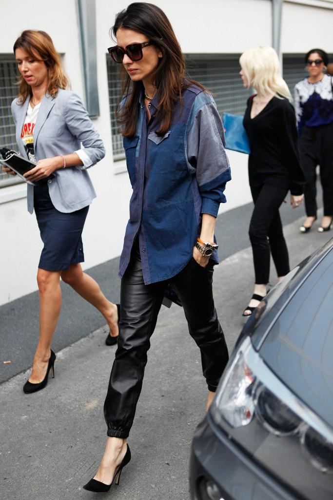 Джинсовая рубашка с кожаными брюками
