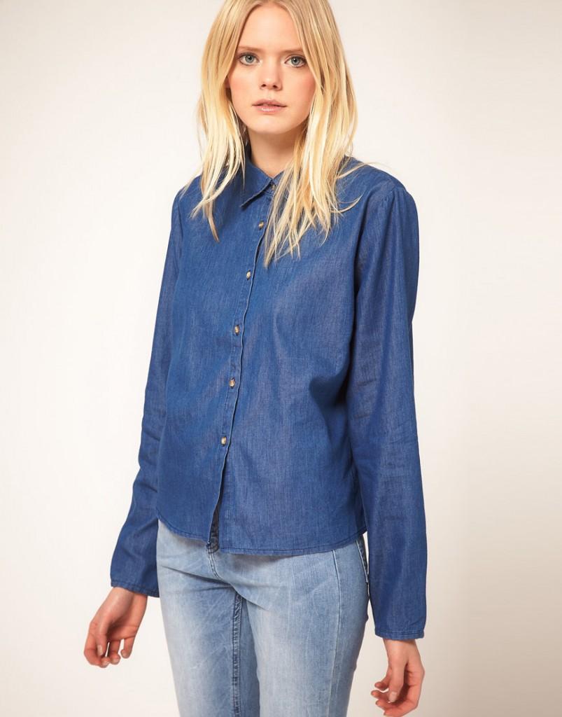 Темная джинсовая рубашка с брюками из денима