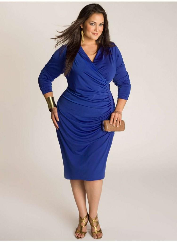 Синее платье с бежевым клатчем и туфлями