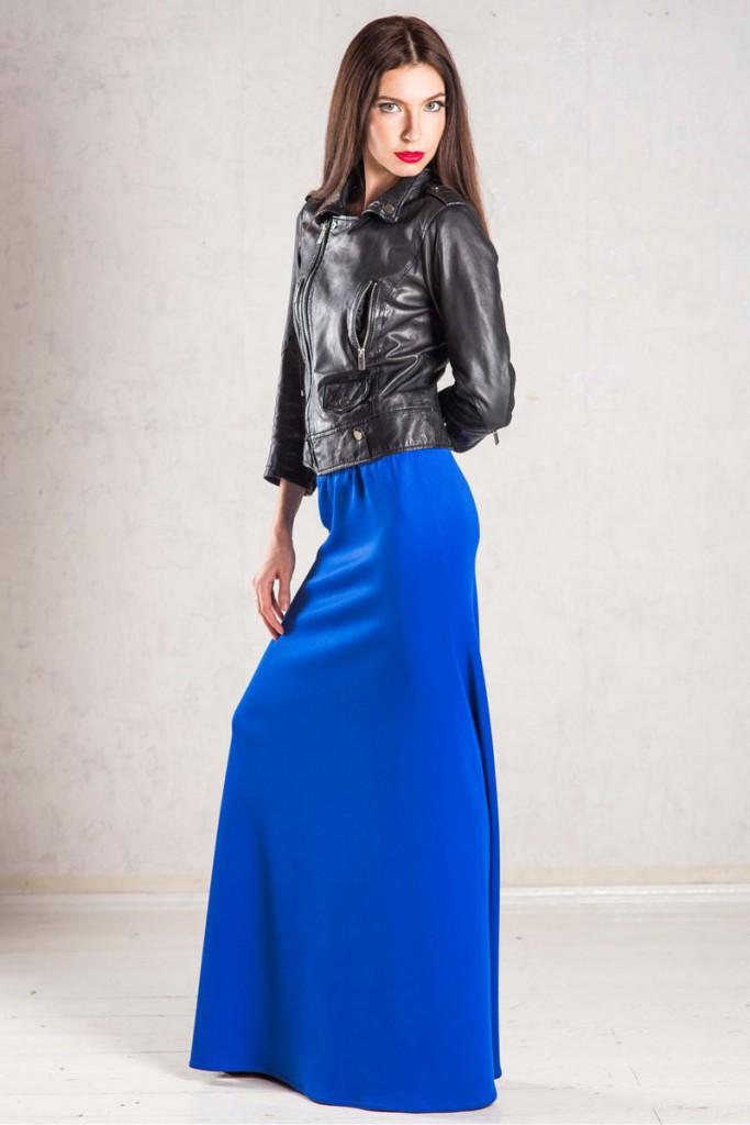 Длинная синяя юбка с черной курткой