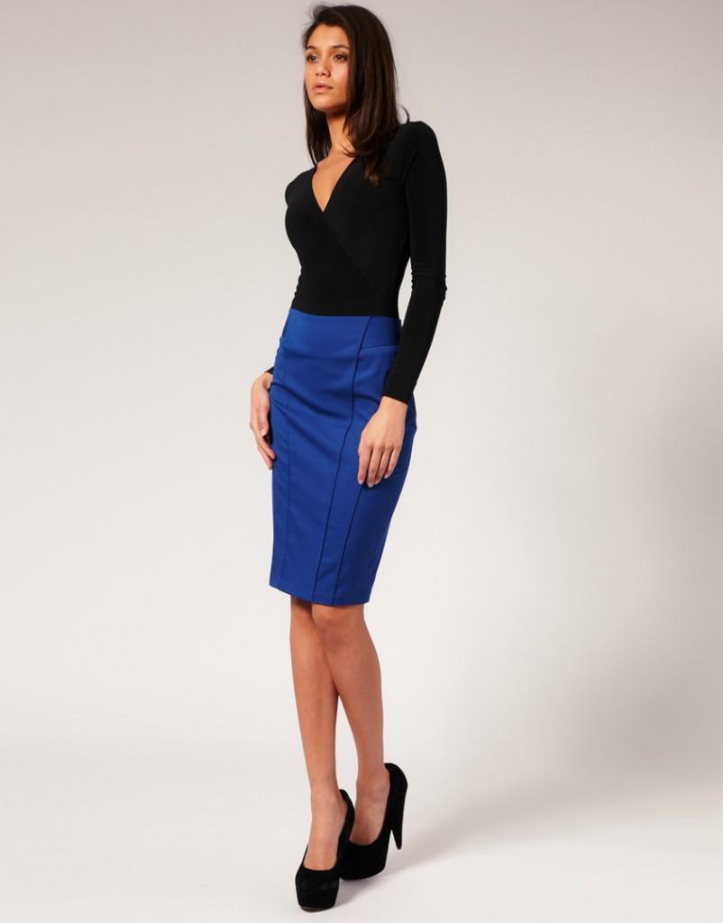 Синяя юбка карандаш с черной кофточкой