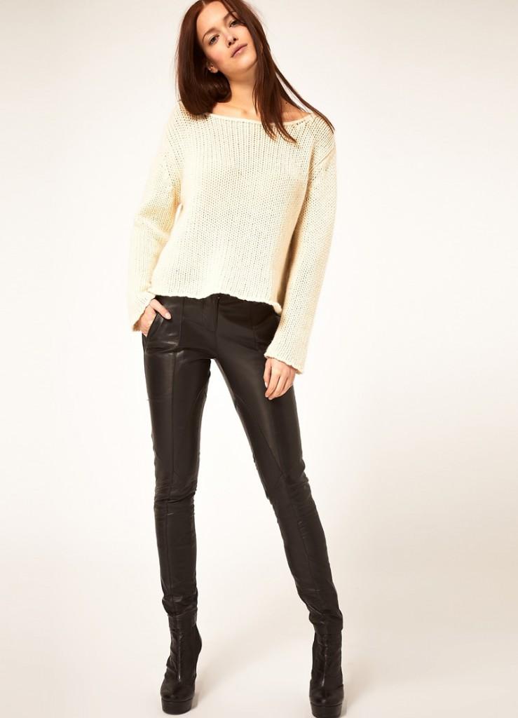 Женские кожаные брюки с белым джемпером