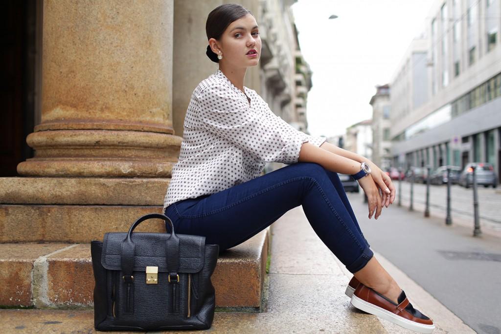 Модные слипоны с джинсами и блузкой