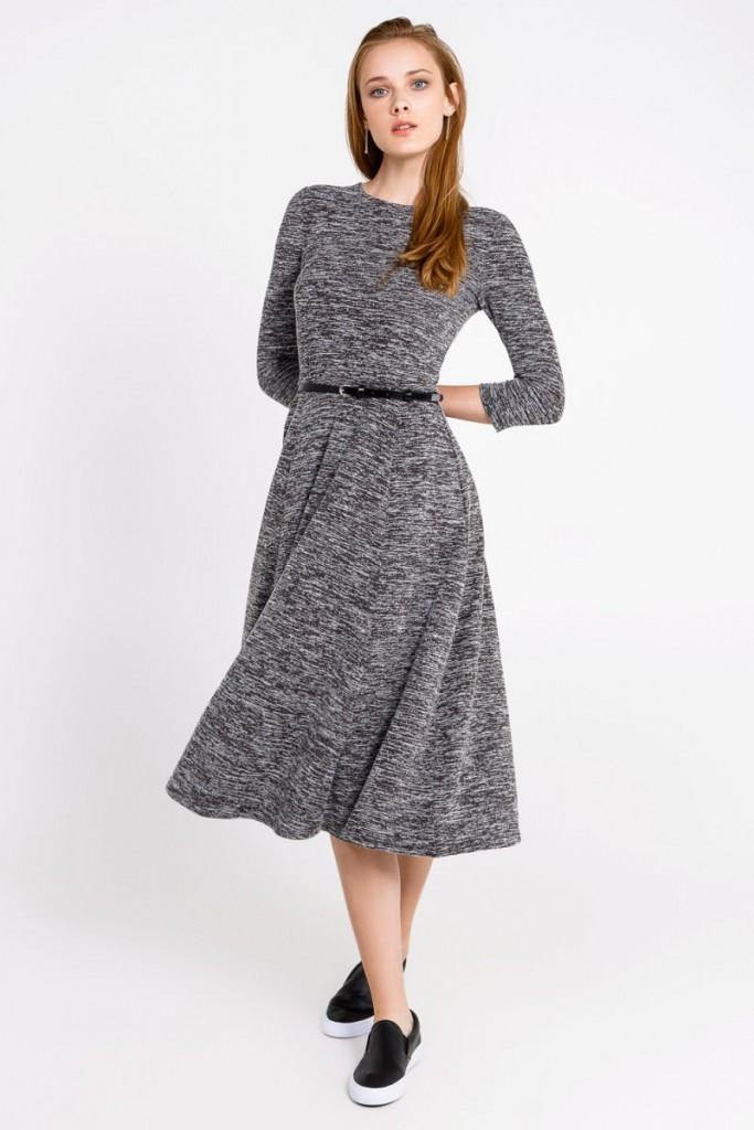 Модные слипоны с серым платьем