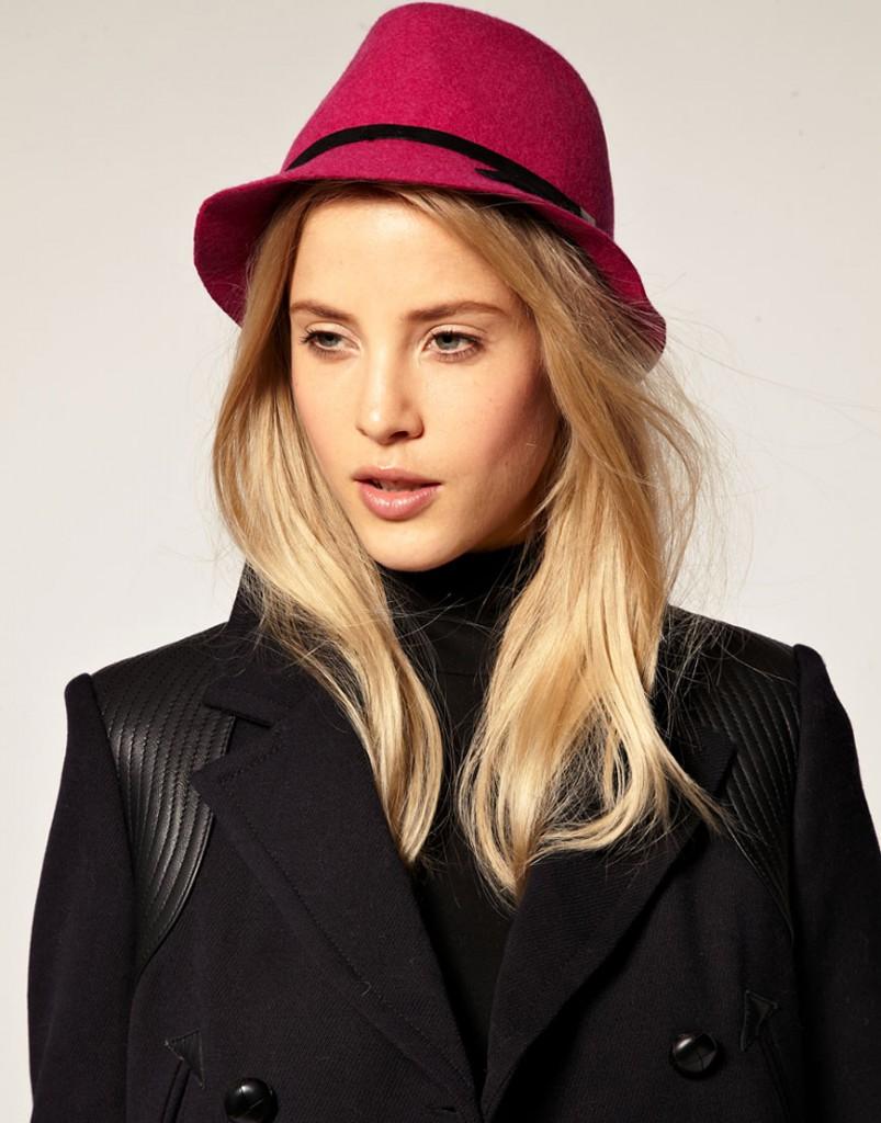 Модная маленькая красная шляпа