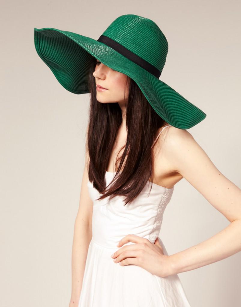 Модная широкая зеленая шляпа
