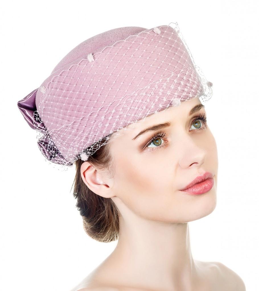 Розовая шляпка из велюра