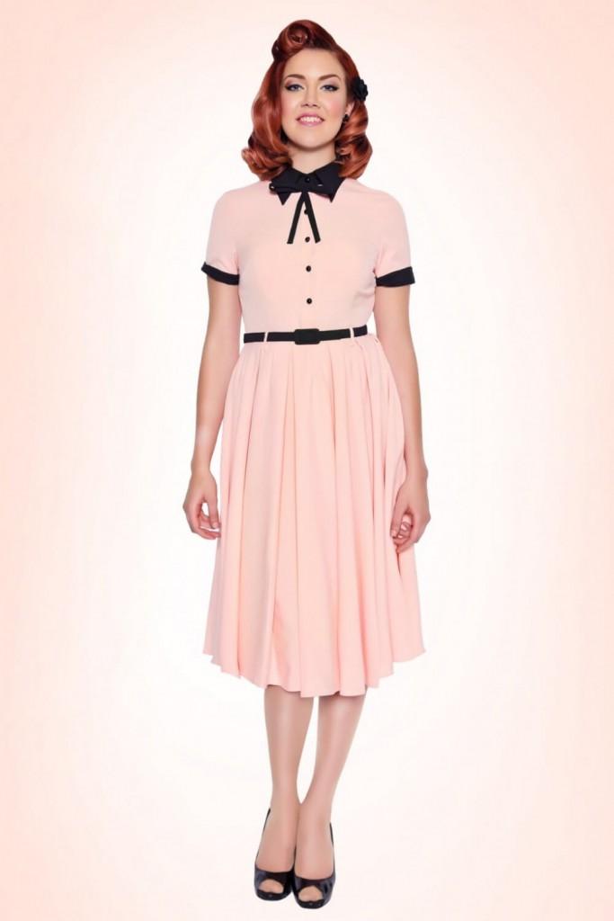 Персиковое деловое платье с воротником