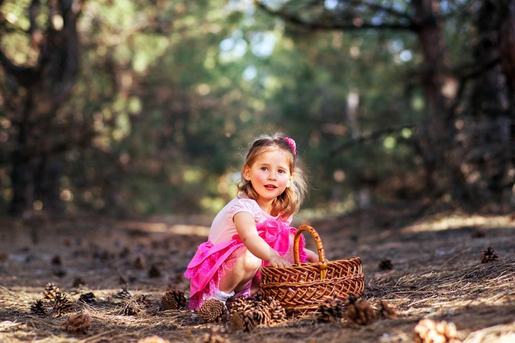 Фотосессия девочки в розовом платье на природе