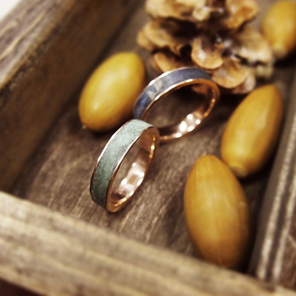 Обручальные кольца с камнем
