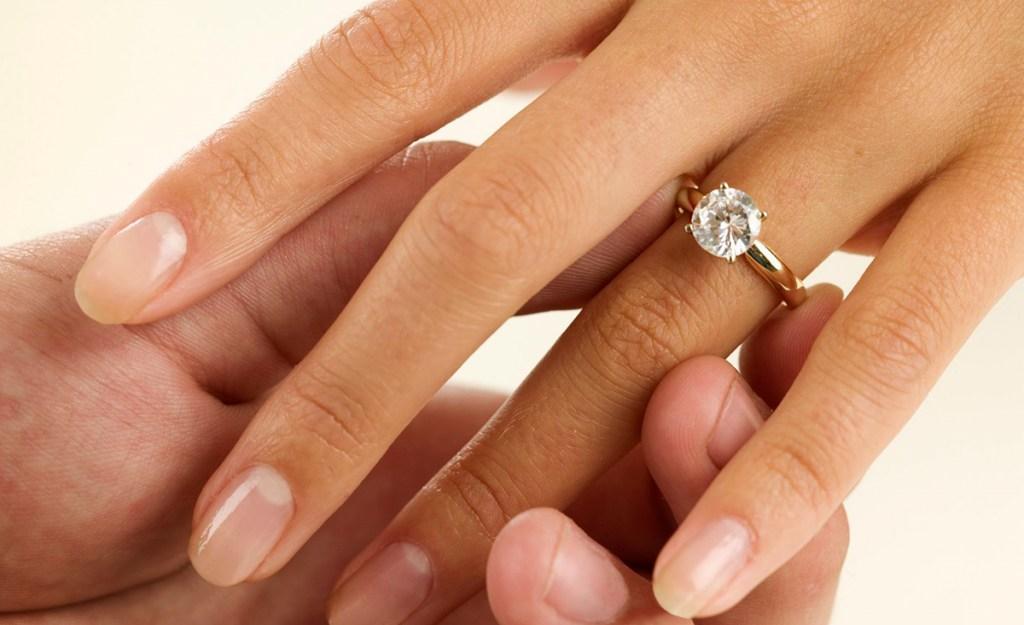 Обручальное кольцо с большим камнем