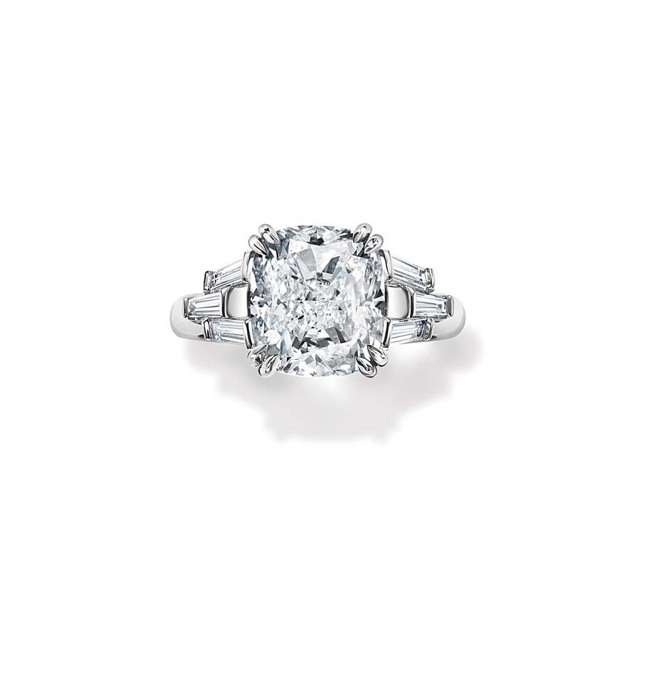 Красивое кольцо с большим бриллиантом