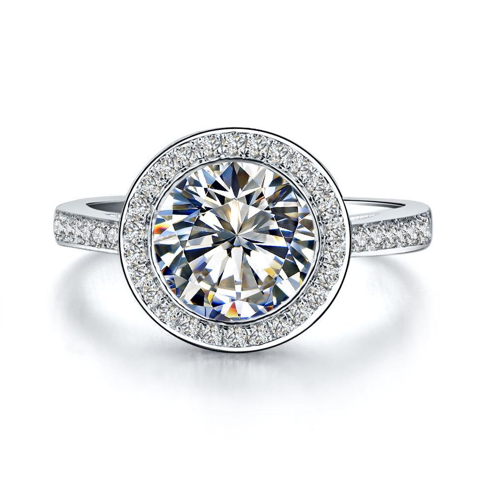 Эффектное кольцо с прозрачным большим бриллиантом