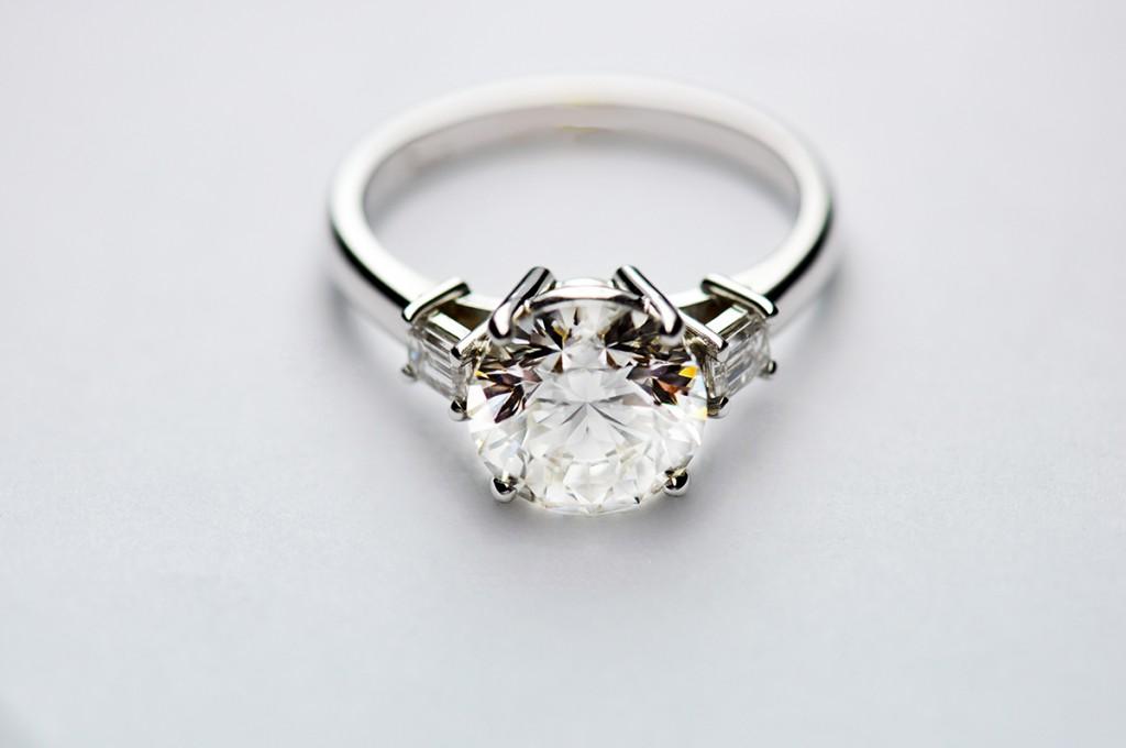 Шикарное кольцо с крупным бриллиантом
