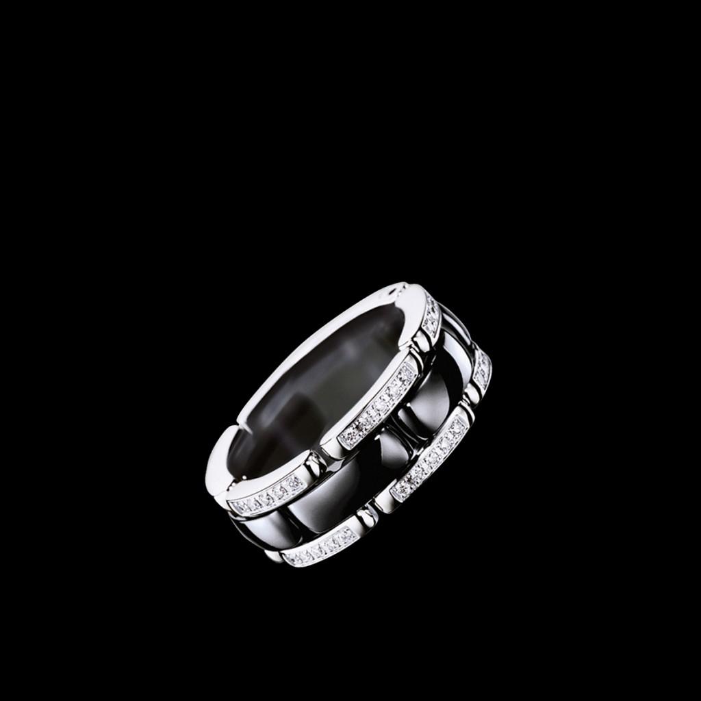 Черное кольцо из керамики и белого золота с бриллиантами
