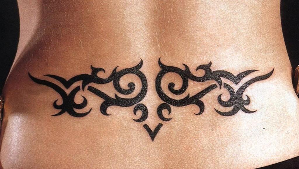 Женская татуировка на пояснице