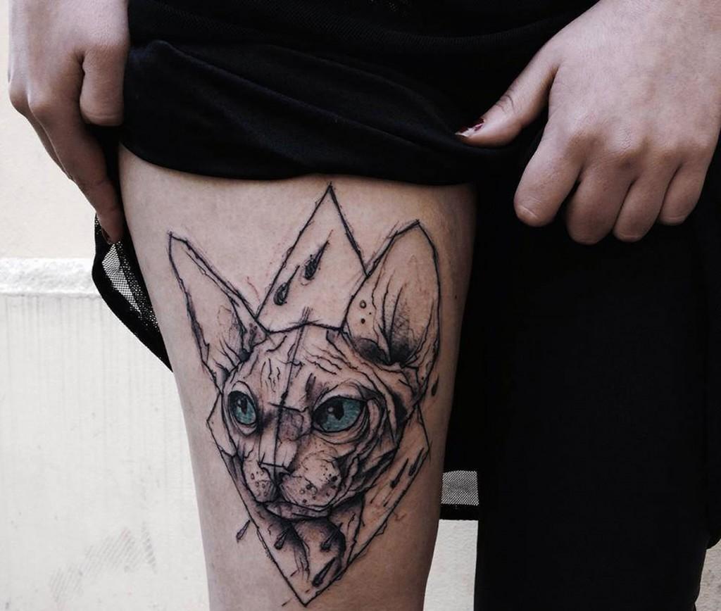 Женская татуировка на бедре