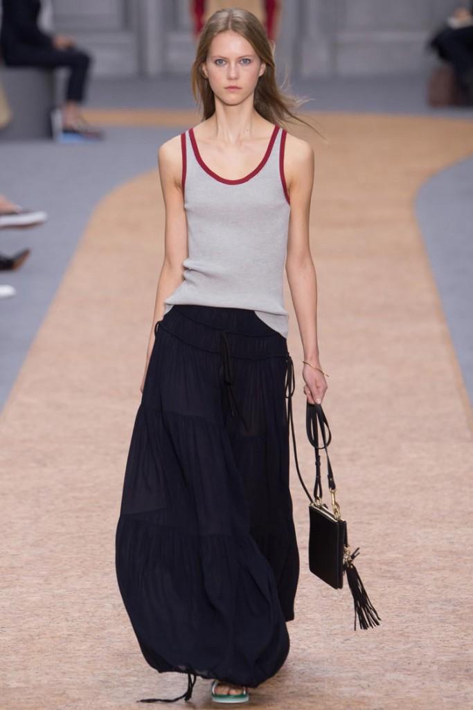 Стильный женский уличный образ с сумкой