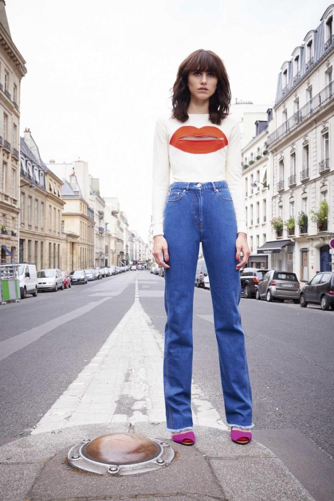 Стильный женский уличный образ с джинсами и джемпером