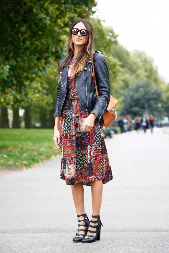 Модный уличный образ с платьем с принтом
