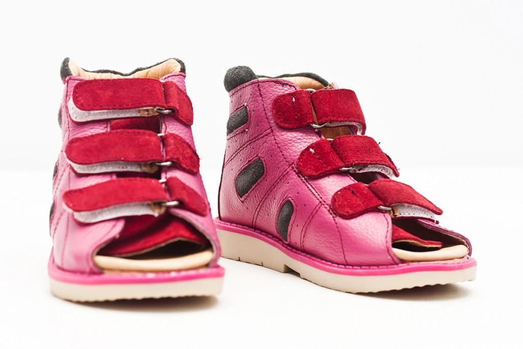 Модные детские кожаные сандалии