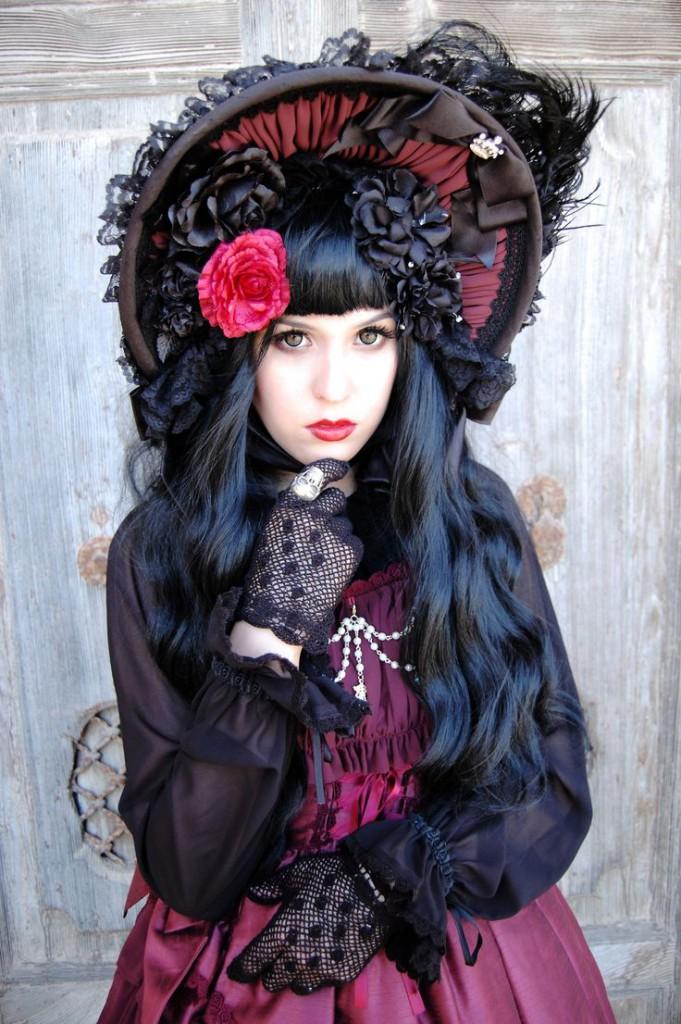 Готический женский образ со шляпкой