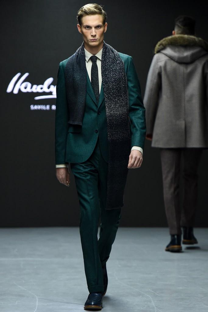 Модный мужской костюм изумрудного цвета