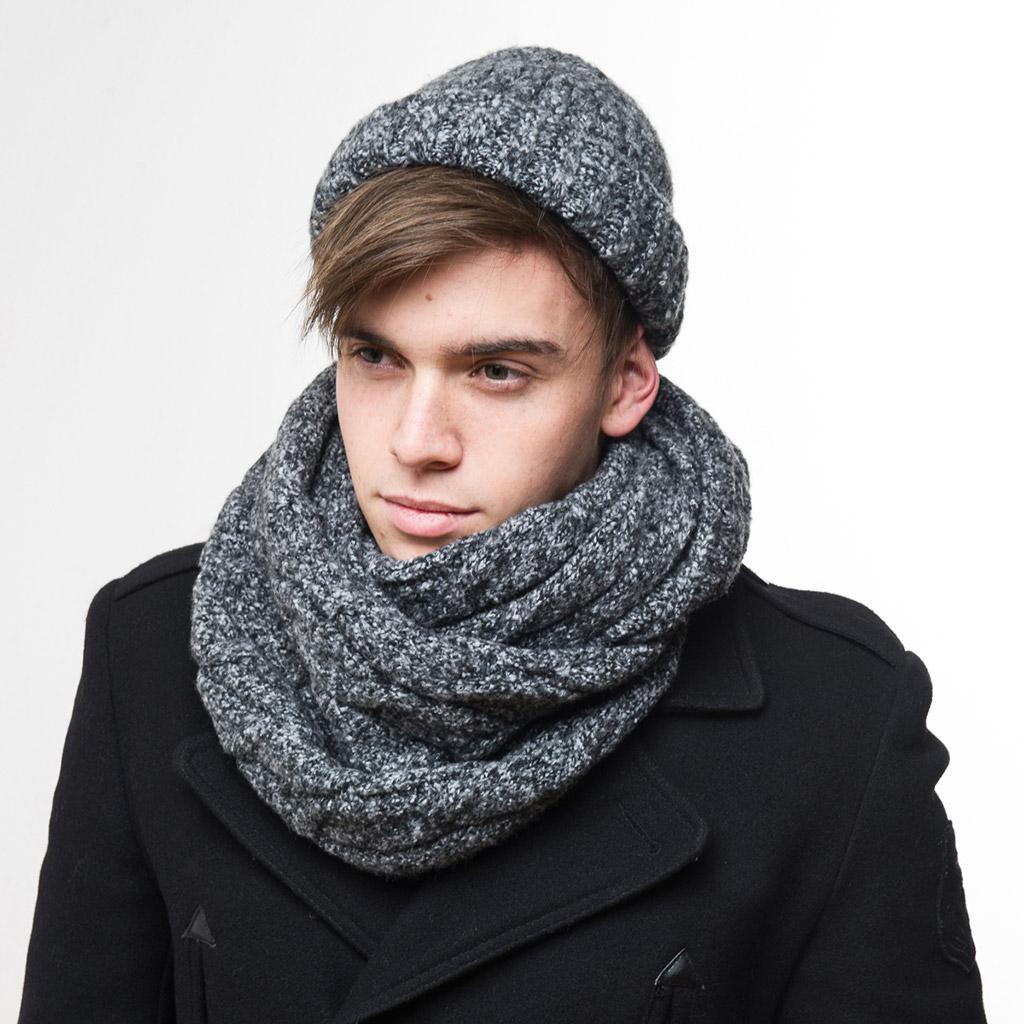 Модная серая мужская шапка