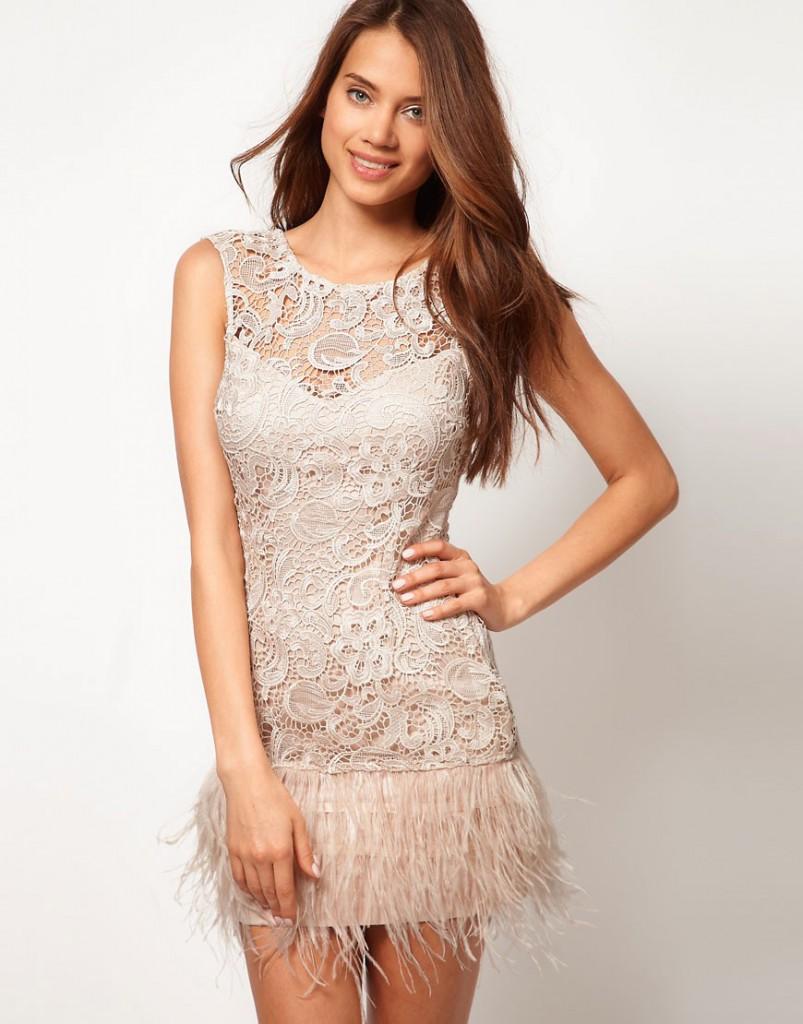 Вечернее кремовое платье с перьями