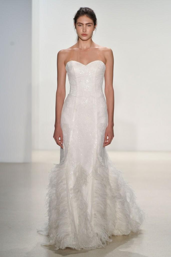 Белое свадебное платье с перьями со шлейфом