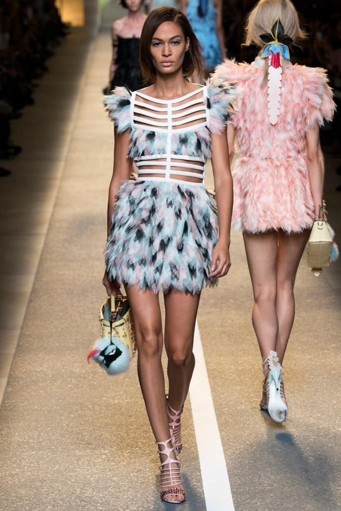 Голубое модное короткое платье с перьями