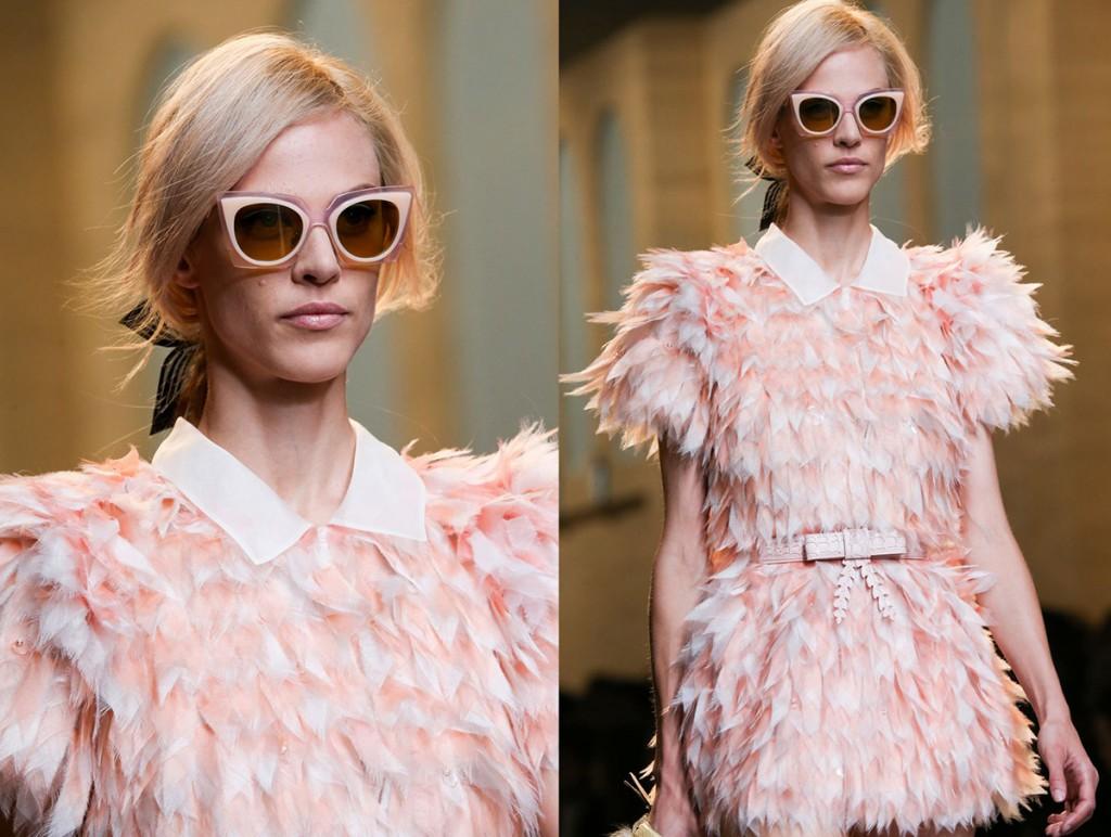 Розовое короткое платье с перьями