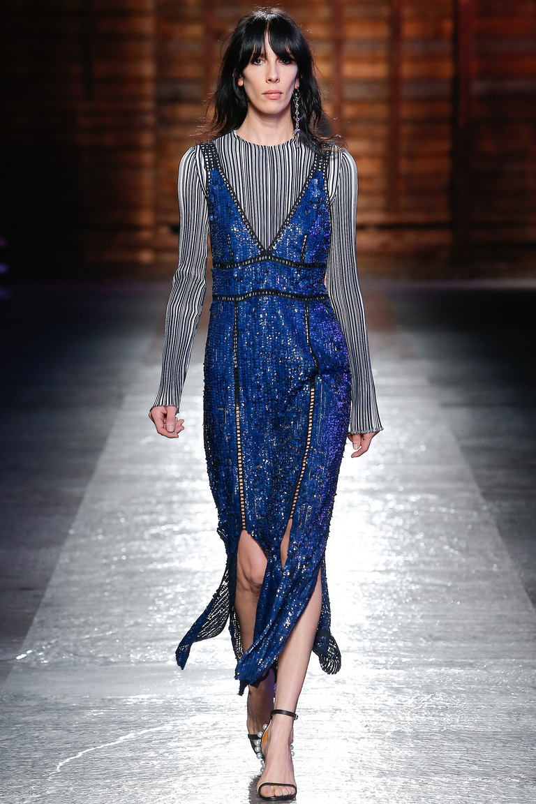 Что модно носить этим летом вечерние платья