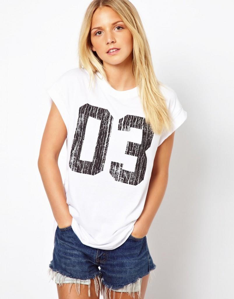 Белая женская футболка с цифрами