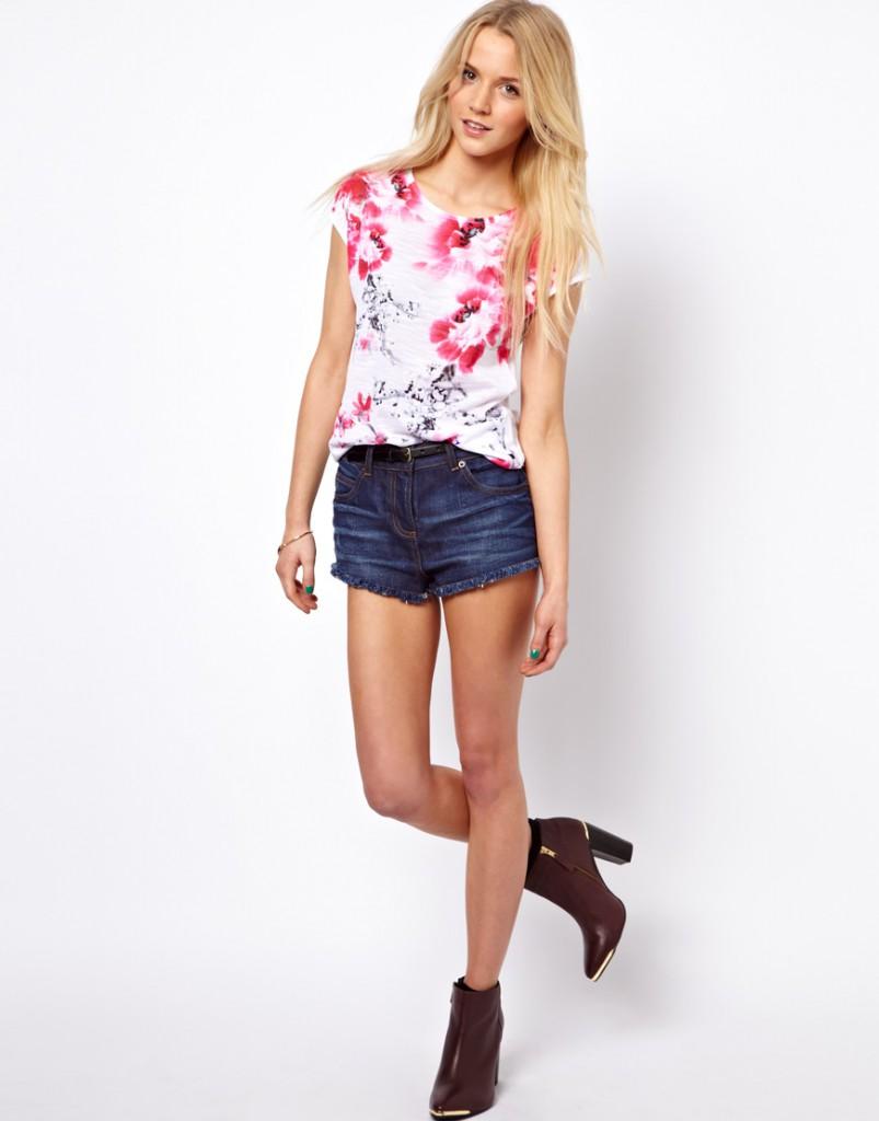 Модная футболка с цветами