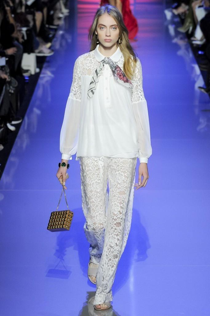 Белая женская блузка с объемными рукавами