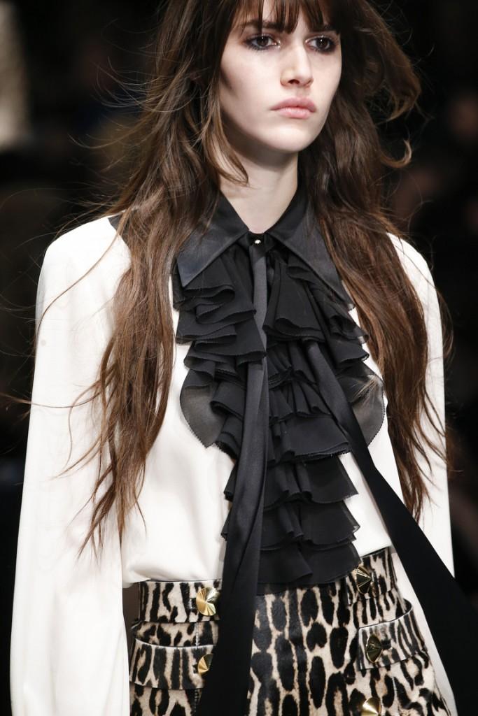 Белая женская рубашка с черными складками спереди