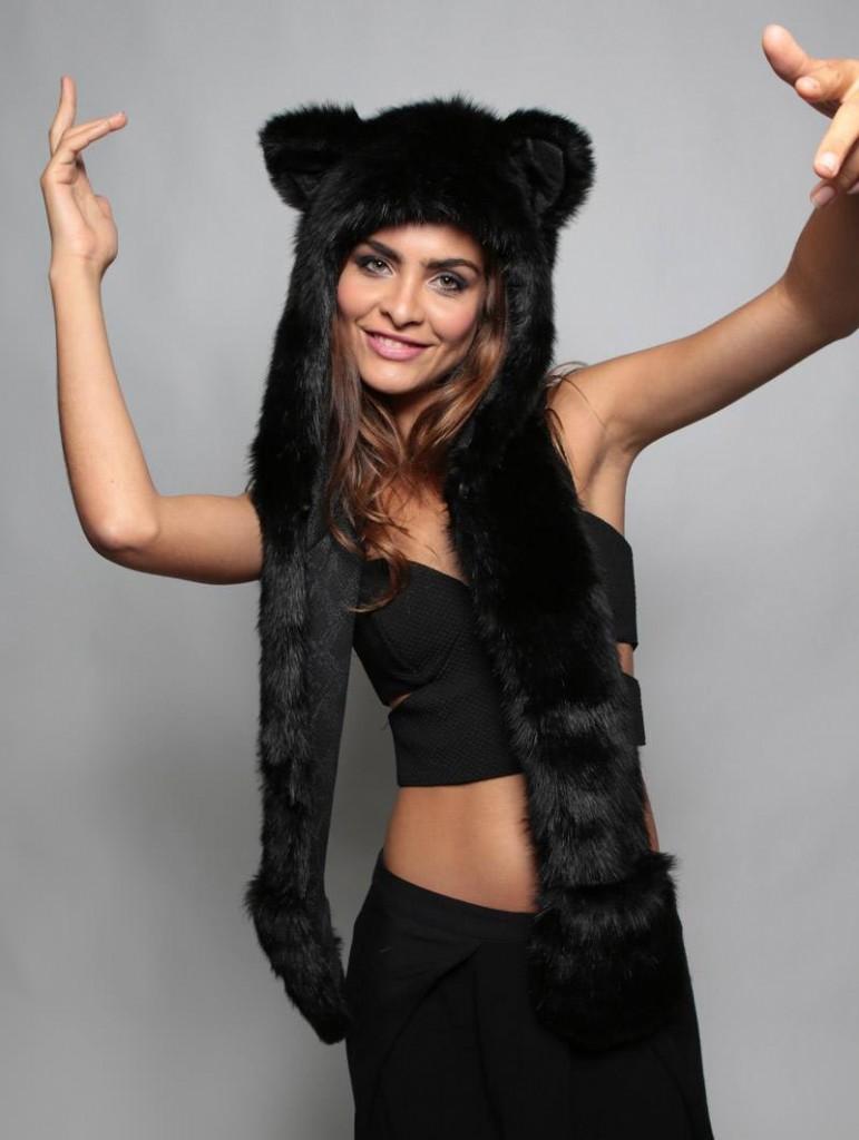 Черная женская шапка кошка