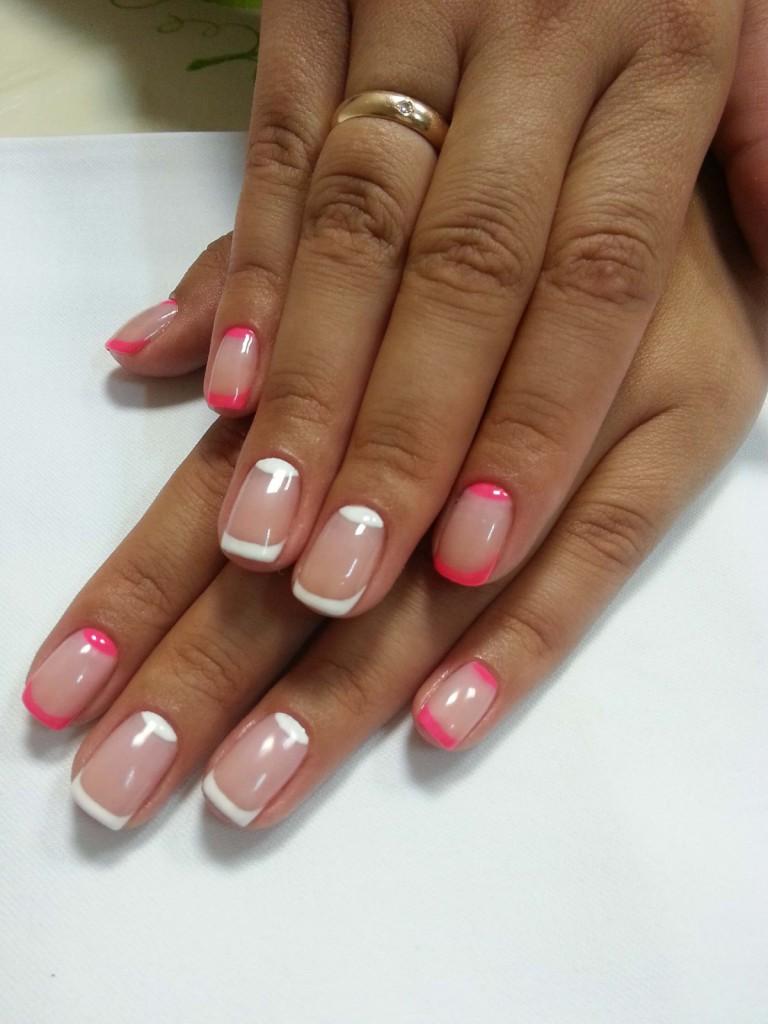 Бело-розовый лунный маникюр
